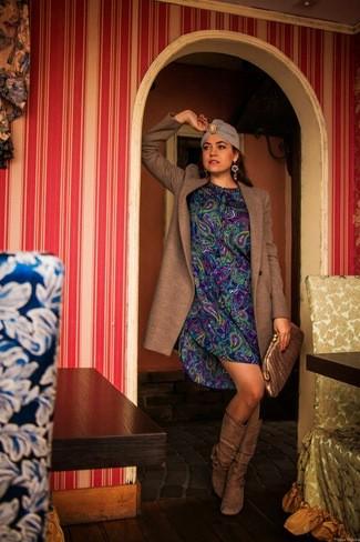 abrigo-marron-vestido-recto-azul-botas-de-cana-alta-marrones-cartera-sobre-dorada-large-5450